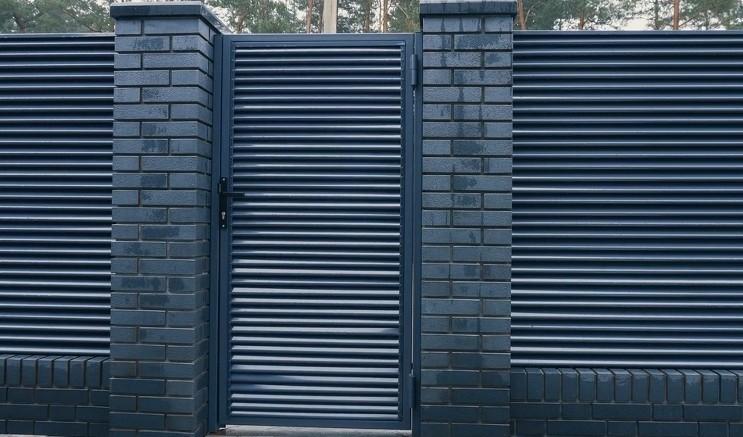 Металлическая калитка жалюзи с забором