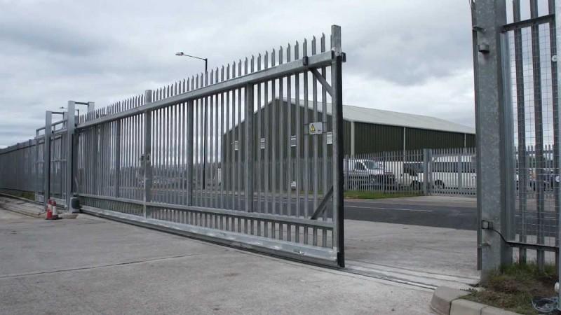 Металлические распашные ворота с автоматикой.